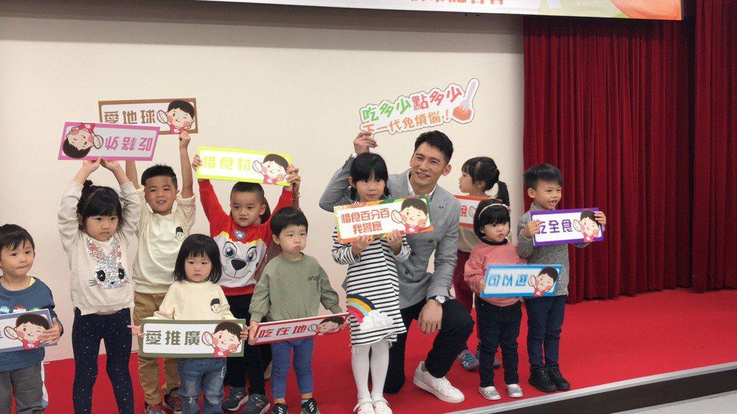 溫昇豪和小朋友們互動。圖/環保署提供