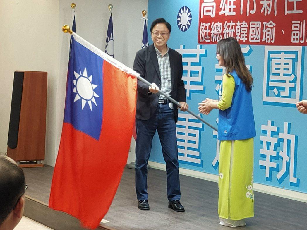 張善政為新住民後援會成立授旗,他表示,未來不僅要在行政院下成立新移民委員會,以後...