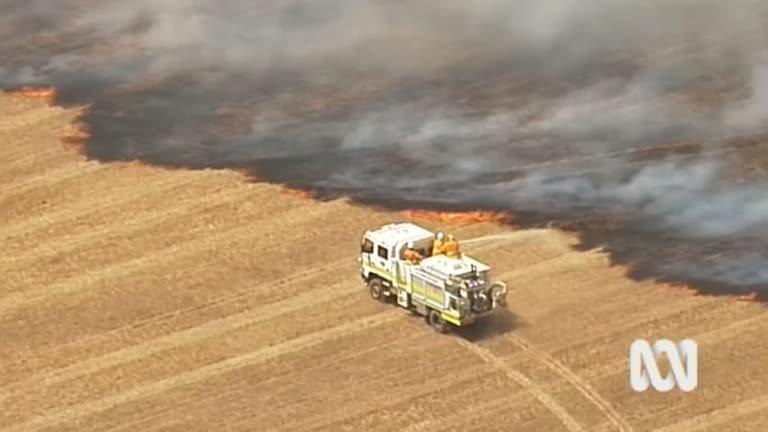 一如當局警告,繼新南威爾斯及昆士蘭之後,南澳洲20日竄出新的野火災情,澳洲廣播公司空拍直擊當地一處遼闊田野上,野火受強風吹襲形成一片火海的驚人場面。路透/ABC/NINE NETWORK