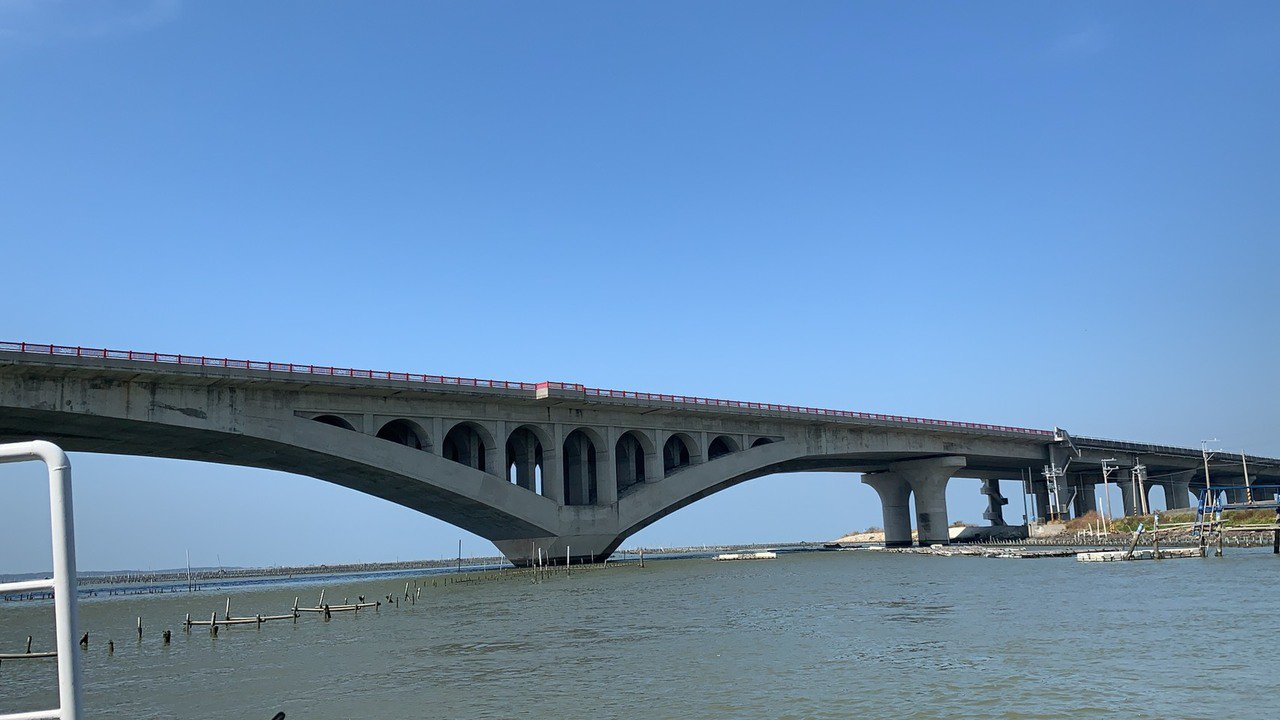 台61線西濱快速道路台南「七股溪橋」,是國內長度最大採懸吊施工法的「哥德式」拱橋...