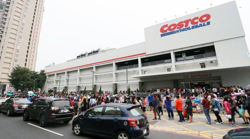 好市多「黑色購物節」11/25強勢登場,預估將吸引眾多排隊人潮。記者劉學聖/攝影