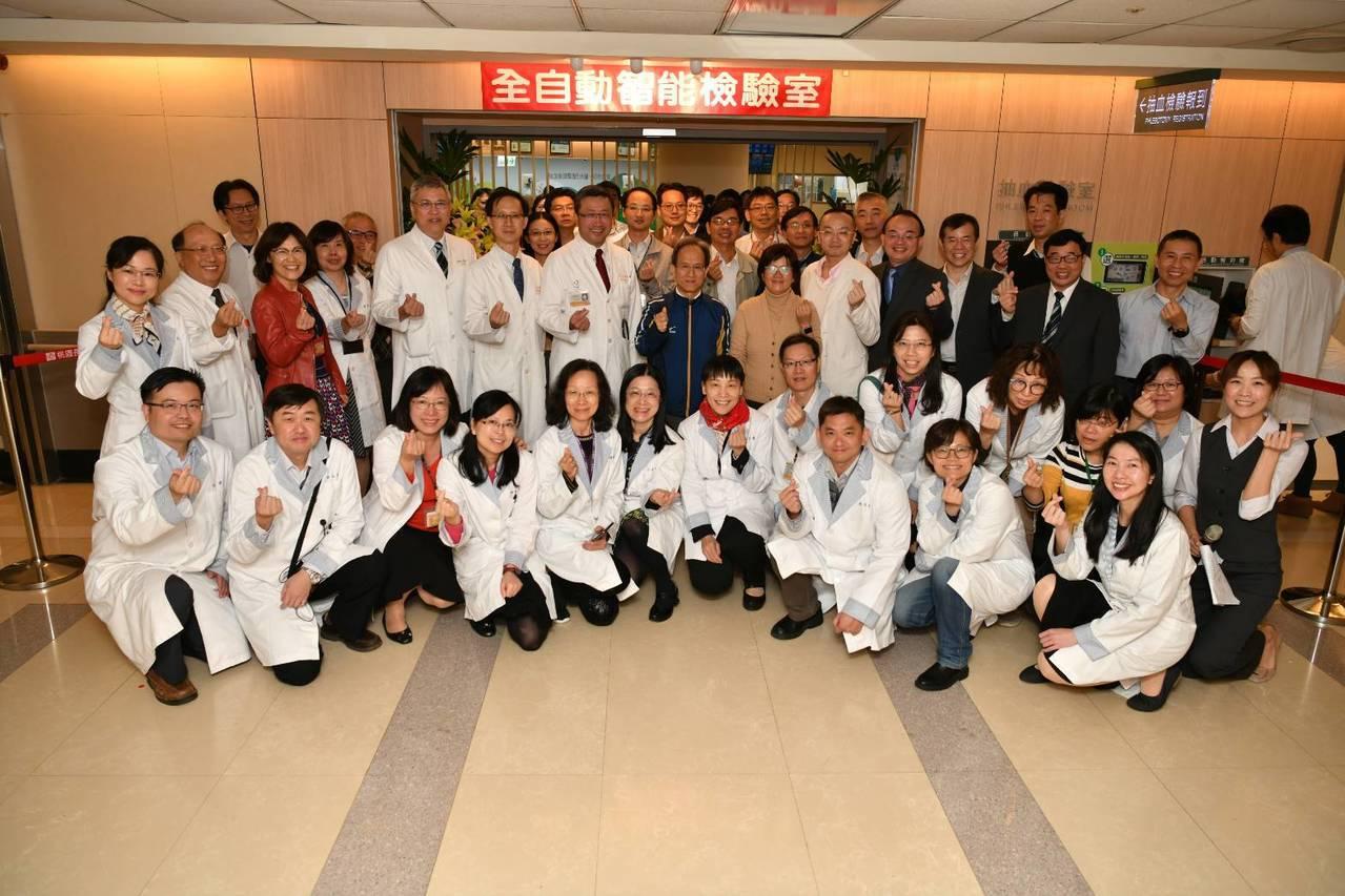 桃園長庚「全自動智能檢驗室」今日啟用,樹立台灣醫學檢驗室的新高標準。圖/桃園長庚...