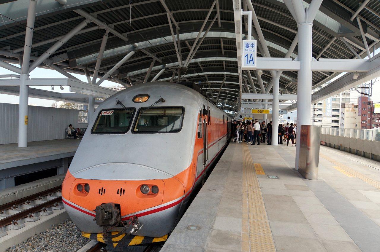 2013年鐵路高架化工程進行後,台中潭子站就沒有對號快車停靠。圖/台鐵局提供