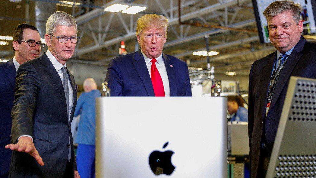 蘋果執行長庫克(左)陪同美國總統川普參觀蘋果的德州工廠。路透