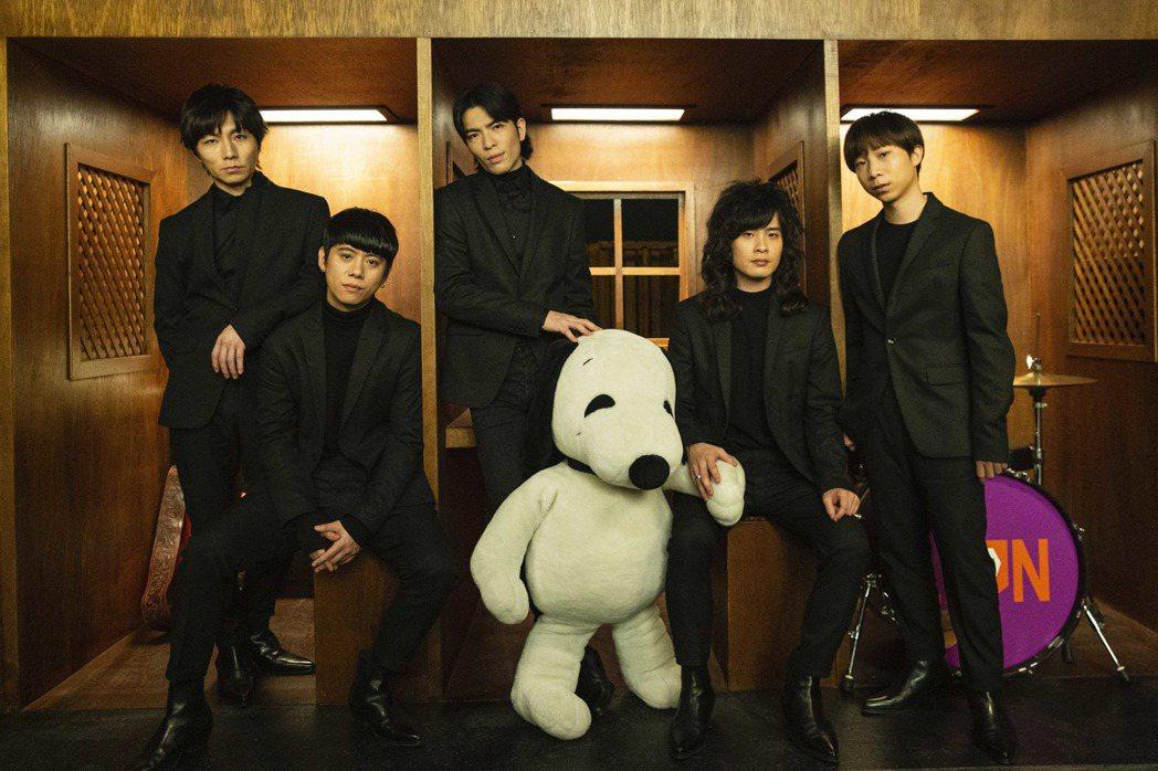 「獅子」全新專輯「美麗、醜與我」將於29日正式發行。圖/華納唱片提供