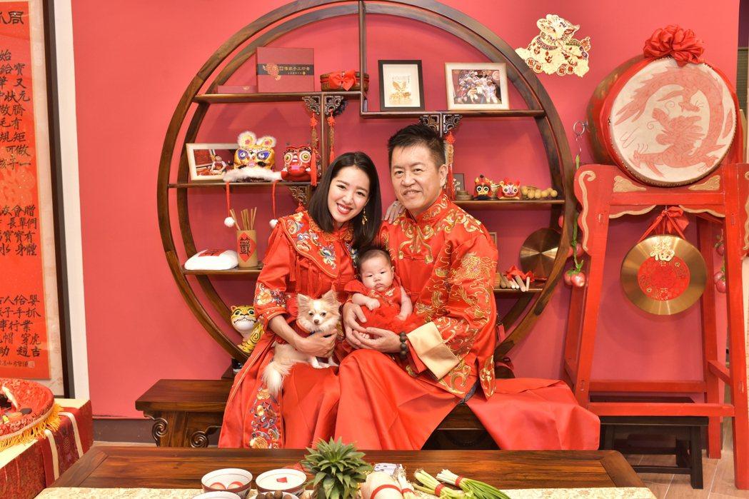 劉伊心和老公相當疼愛女兒。圖/傳家手工印章提供