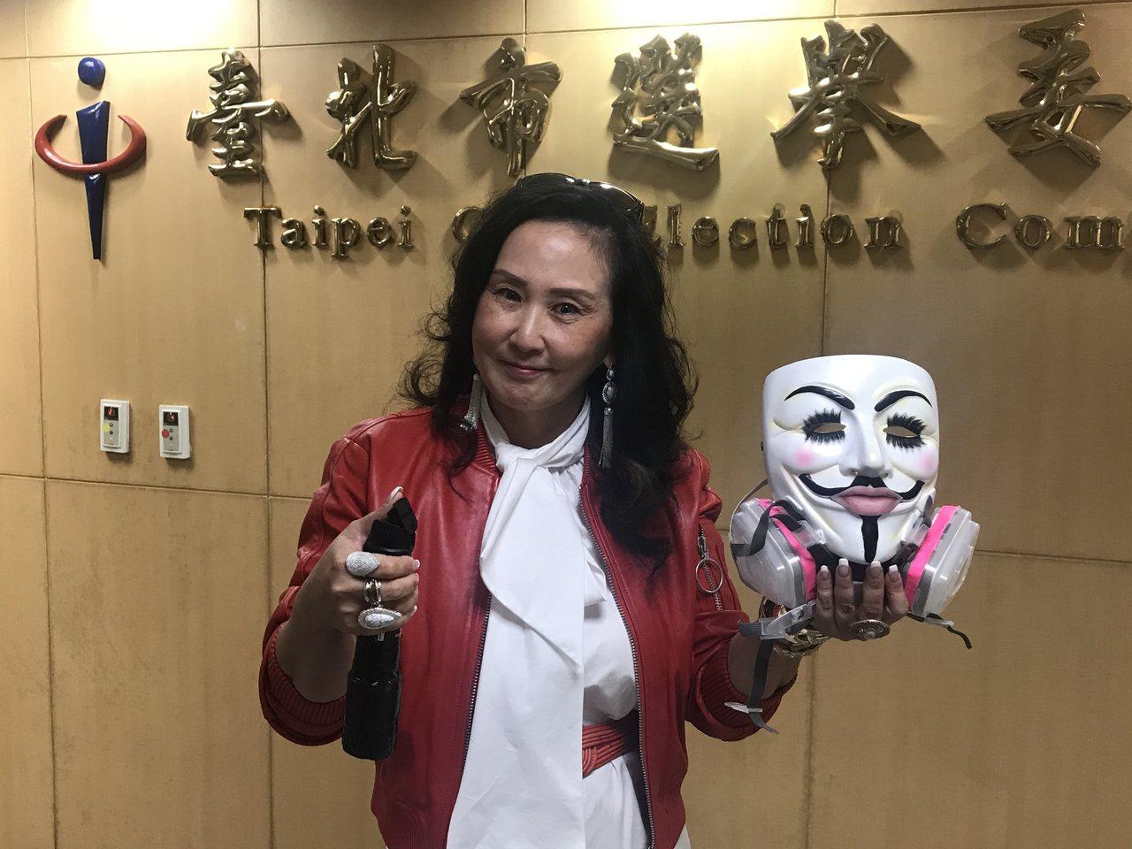 前立委李敖的女兒李文,下午前往北市選委會參選北市第八選區立委。記者楊正海/攝影
