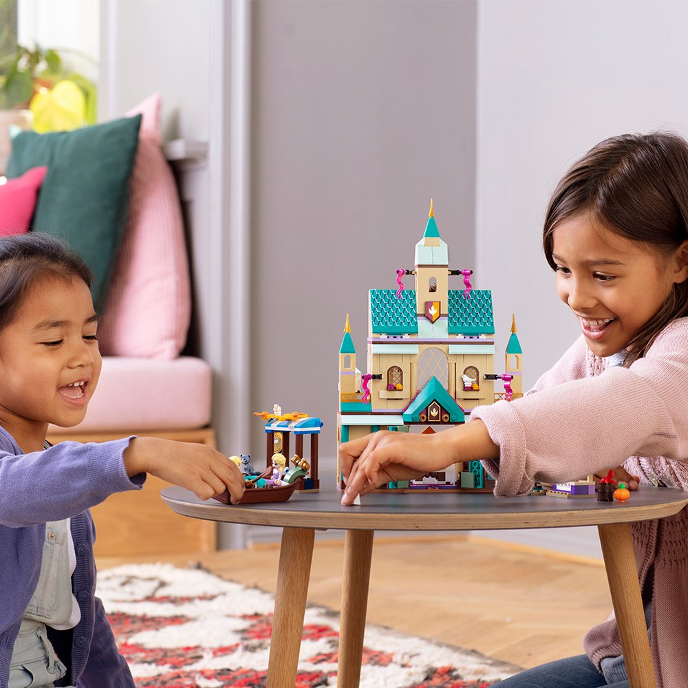 LEGO樂高《冰雪奇緣2》系列的「艾倫戴爾王國城堡村」盒組,三層樓的城堡村附有王...