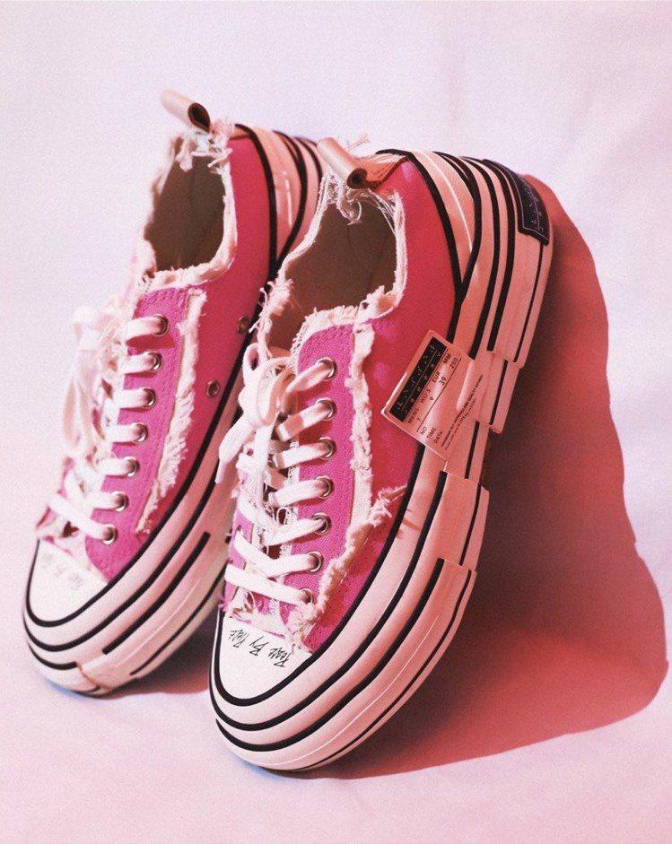 解構帆布鞋xVESSEL推出限定版「螢光粉」,吸引粉絲搶購。圖/取自xvesse...