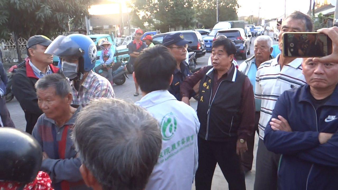 褒忠鄉民代表林一民高喊要陳吉仲下台,引起騷動,警方連忙將他架開。記者蔡維斌/攝影