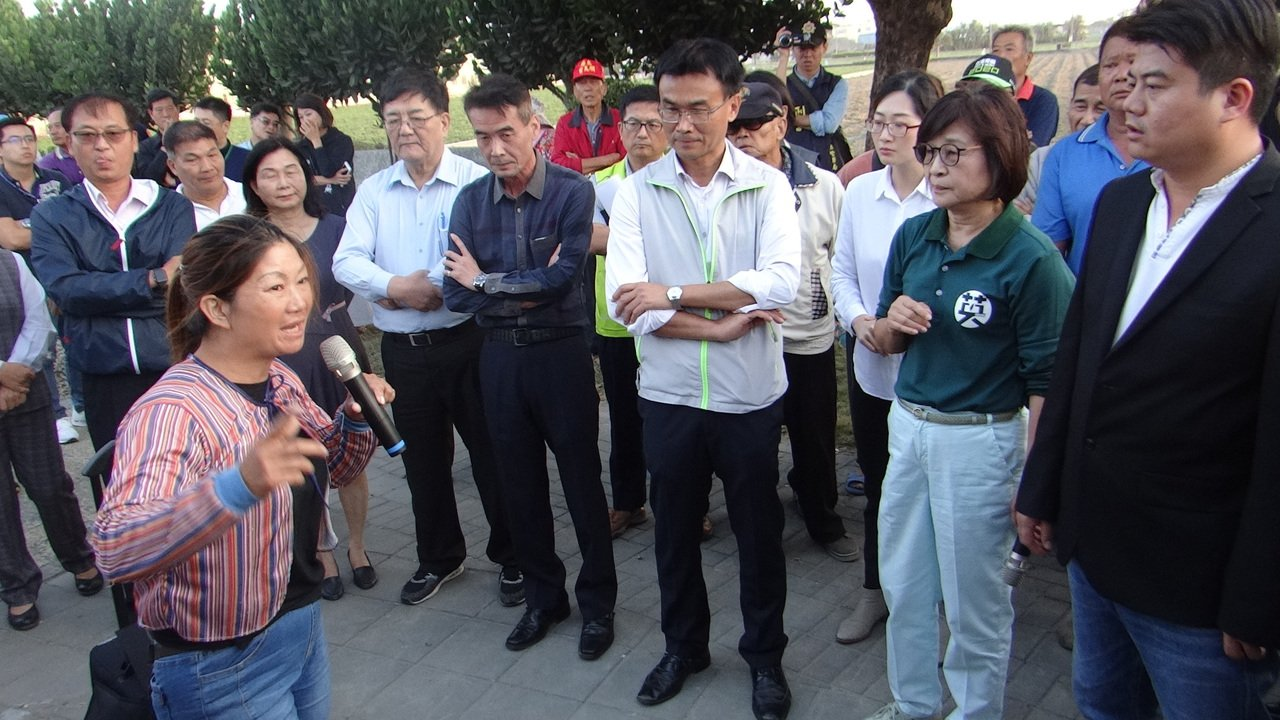 雲林農婦向農委會主委陳吉仲訴苦,盤商都不來收,請政府幫幫農民。記者蔡維斌/攝影