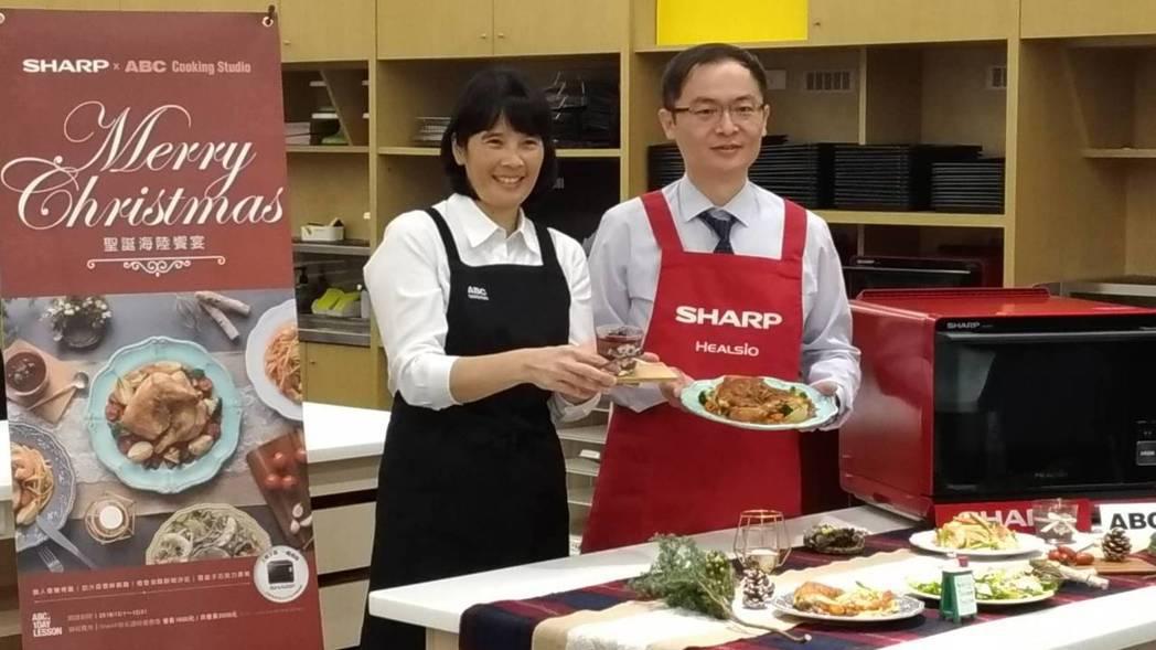 東元旗下餐飲事業的ABC Cooking Studio 董事長黃尚莉(左),跟台...