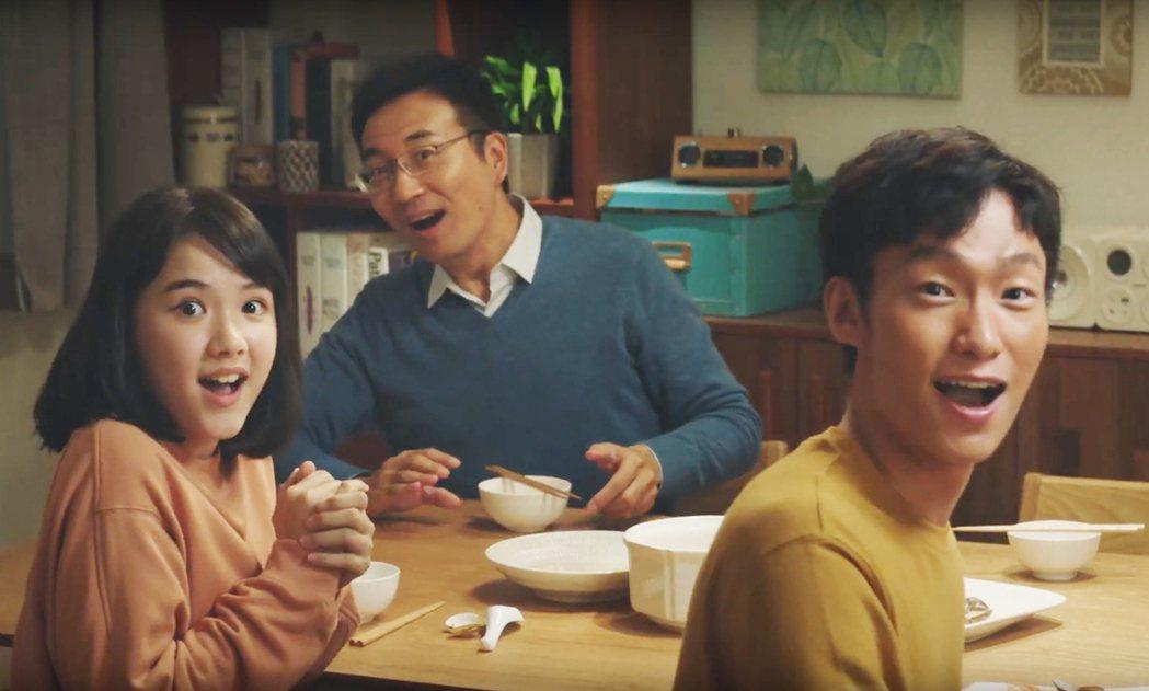 洪義(右1)近日被台灣食品相中連拍6篇廣告。圖/艾迪昇傳播提供