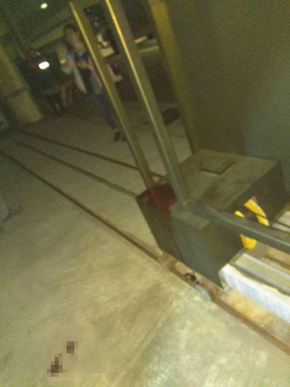 苗栗縣竹南鎮公館里一間鐵工廠傍晚發現一名男子遭電動拉門夾傷,救護人員到場時發現傷...