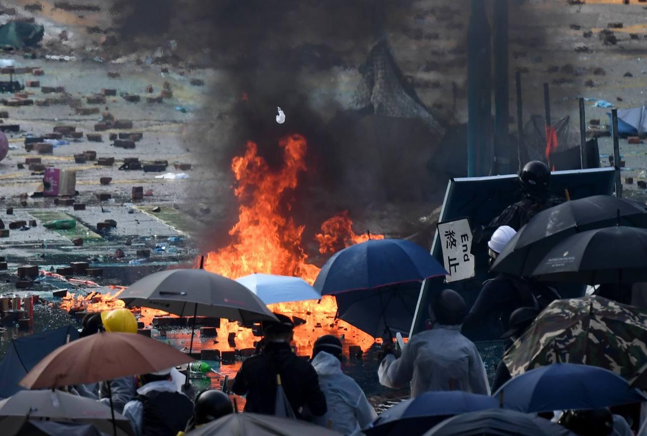 11月17日,在香港理工大學外,抗爭者縱火、打砸並和警方對峙。新華社