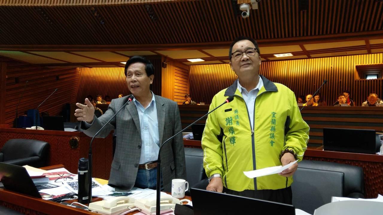 羅東「小巨蛋」話題爭議不休,民進黨縣議員劉添梧(左)說,如此重大的地目變更,為何...