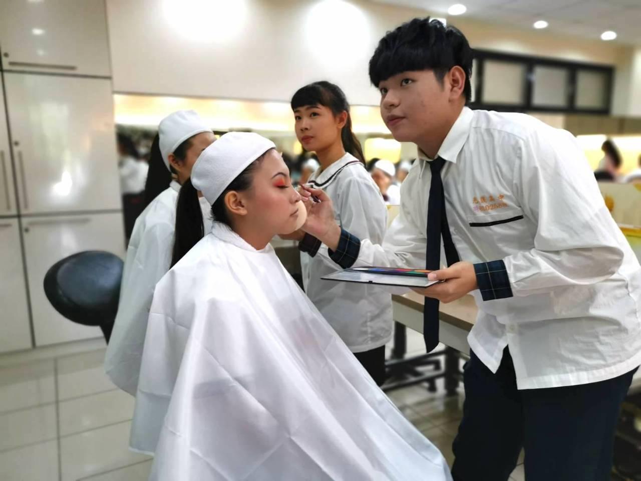新竹市光復高中時尚造型科學生彭傑(右)在媽媽鼓勵下,選擇就讀時尚造型,參加108...