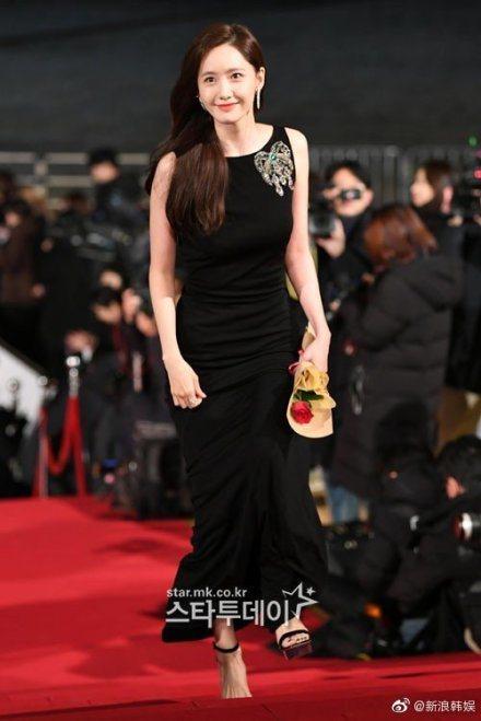 少女時代成員潤娥憑「極限逃生」入圍青龍獎影后,紅毯黑禮服大秀性感裸背。圖/摘自微