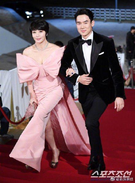 金惠秀(左)身穿粉色削肩蝴蝶禮服走紅毯,她不僅入圍影后,並二度搭檔柳演錫主持典禮...