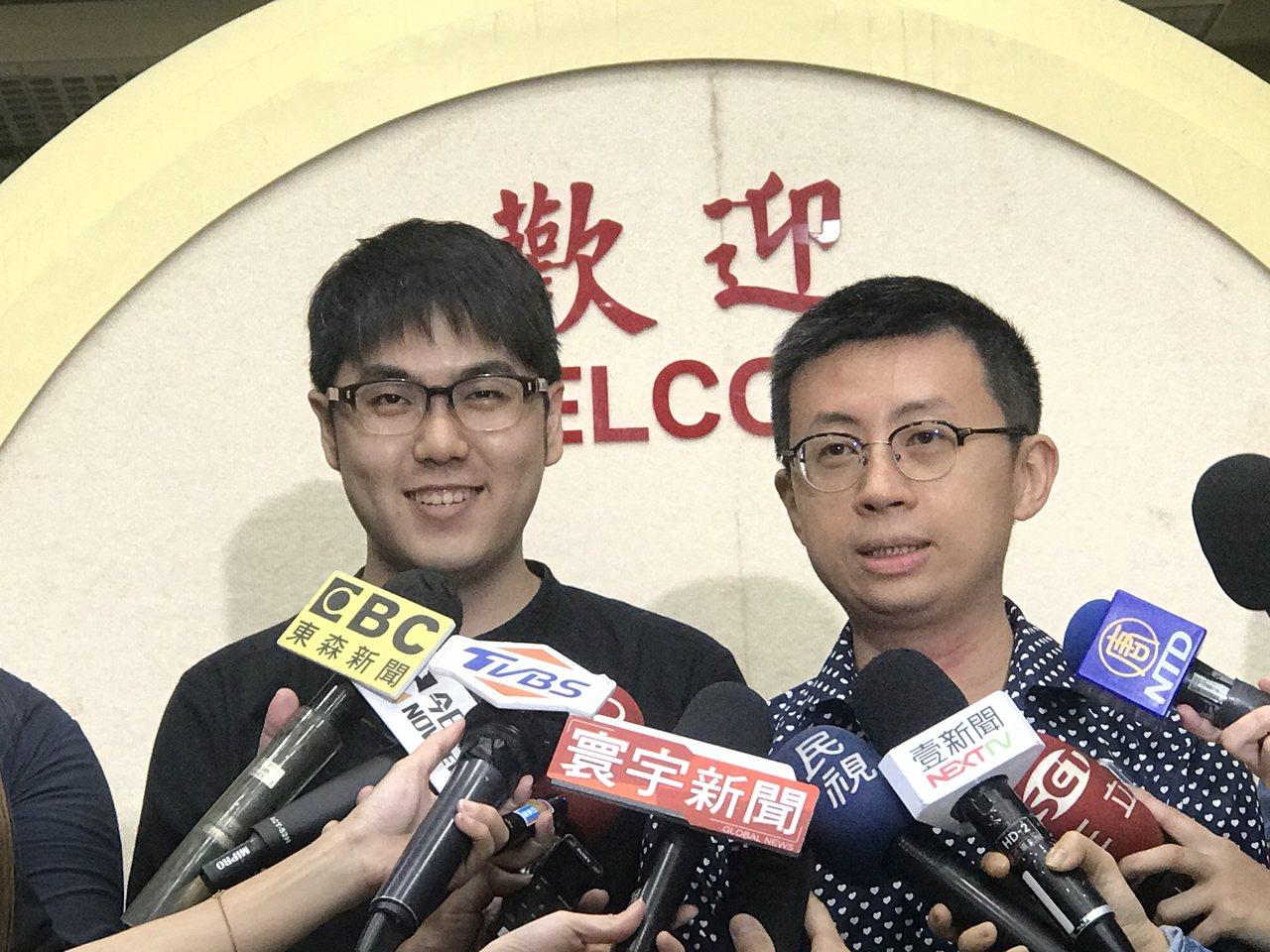 台北市議員邱威傑(右)與網紅志祺七七(左)、視網膜日前共組歡樂無法黨,舉辦創黨大...