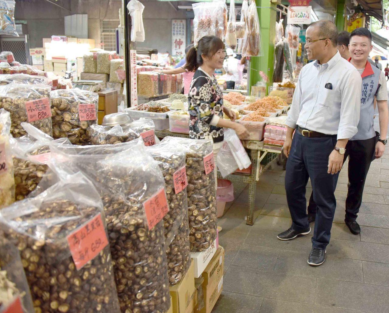高雄市政府重視三鳳中街的年貨行銷。圖為副市長葉匡時(中)日前到三鳳中街了解中街現...
