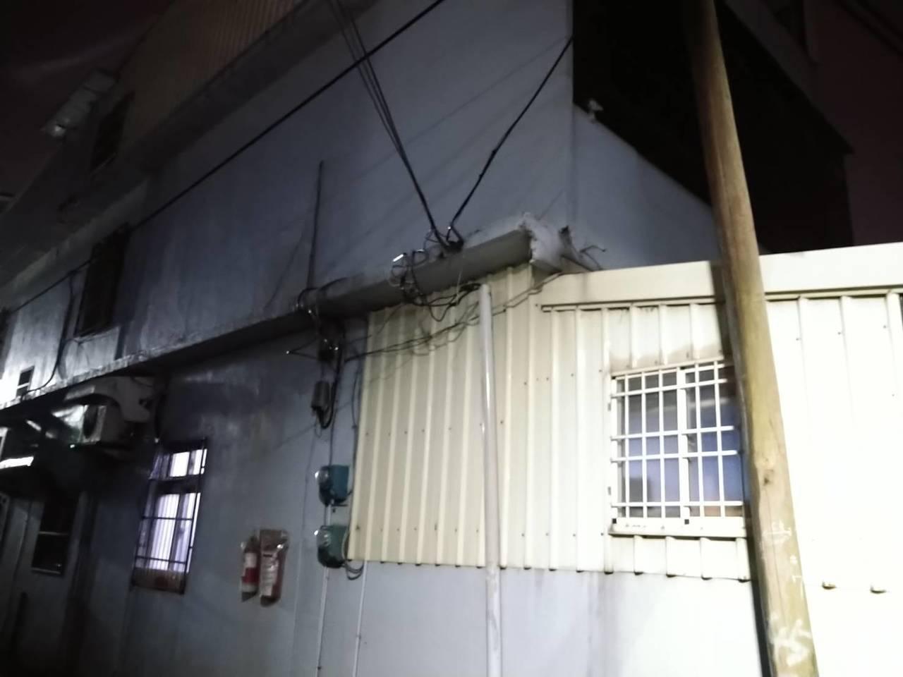 新竹地區今晚因強風造新竹縣市2條供電饋線斷線,有6千多戶停電,台電緊急派員搶修,...