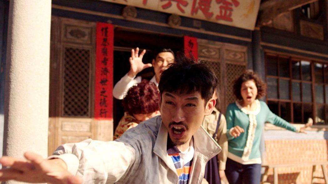 陳竹昇(前)演出「俗女養成記」生動活潑。圖/三立提供
