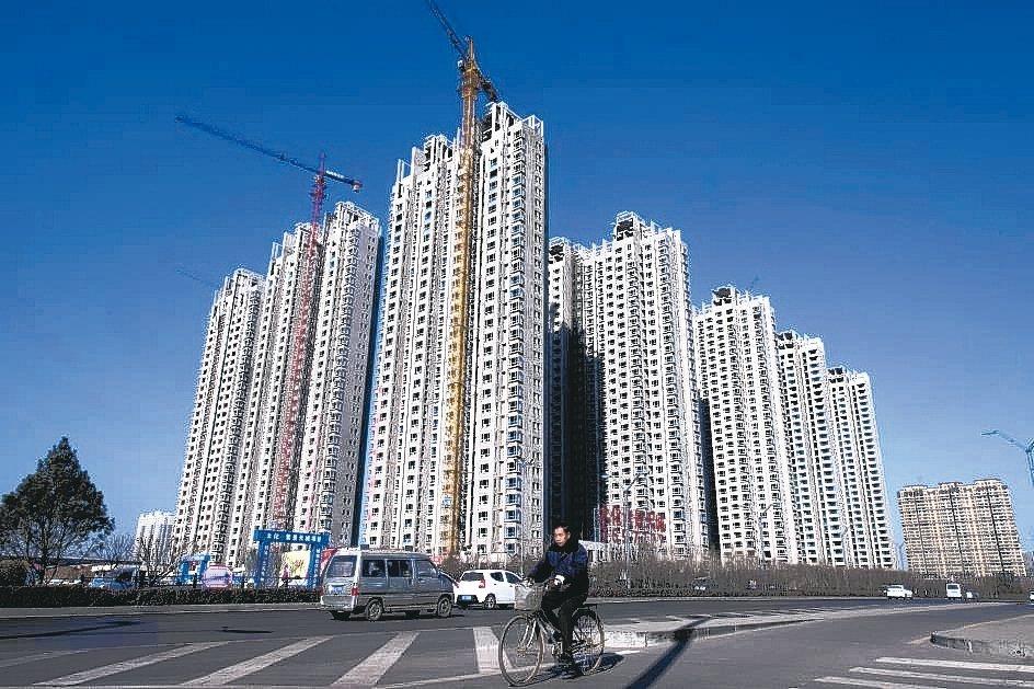 大陸多個城市的房地產市場「量升價縮」,圖為山西省太原市一處建設中的房地產項目。 ...