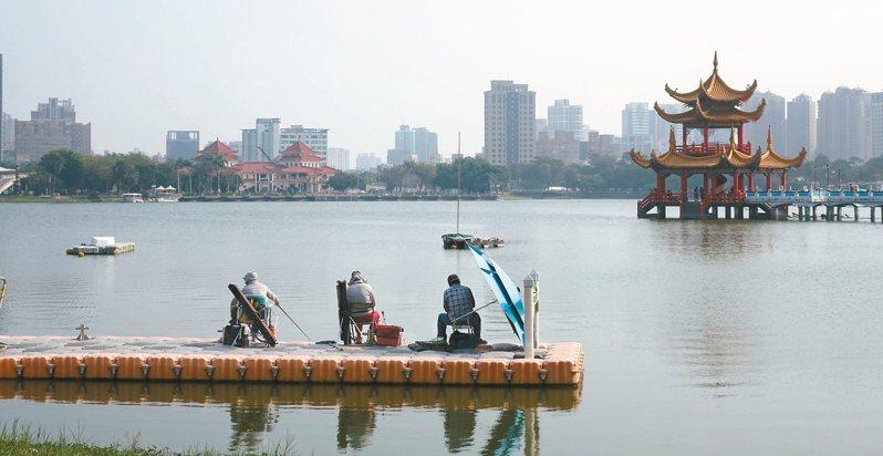 高雄市知名的蓮池潭屬於公園用地,本不能釣魚,高雄市觀光局將設法規畫一處釣魚區供民眾垂釣。 圖/聯合報系資料照片