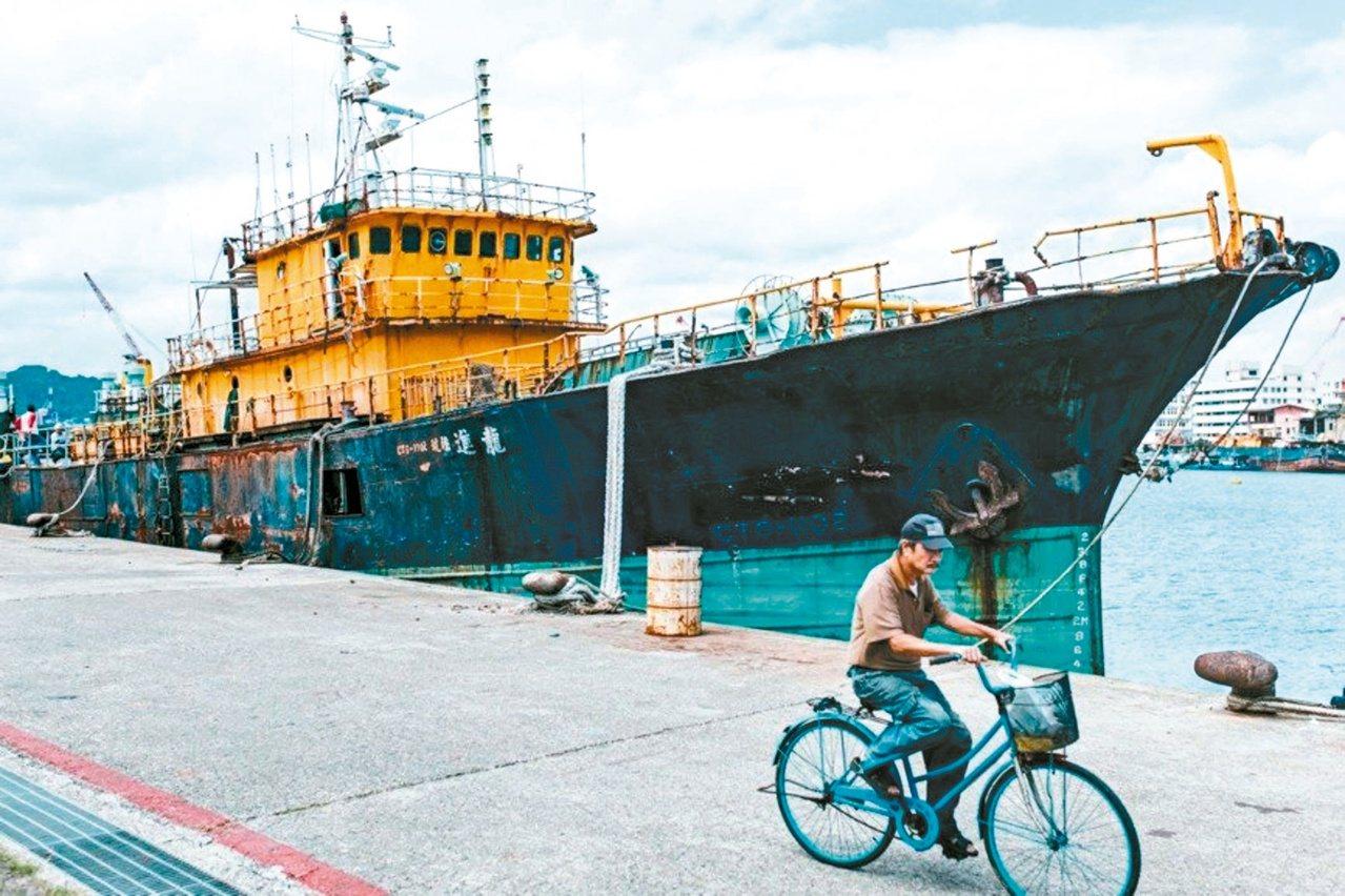 「2019基隆潮藝術:流」將基隆的正濱漁港一艘450噸的大型遠洋漁船,經由藝術家...