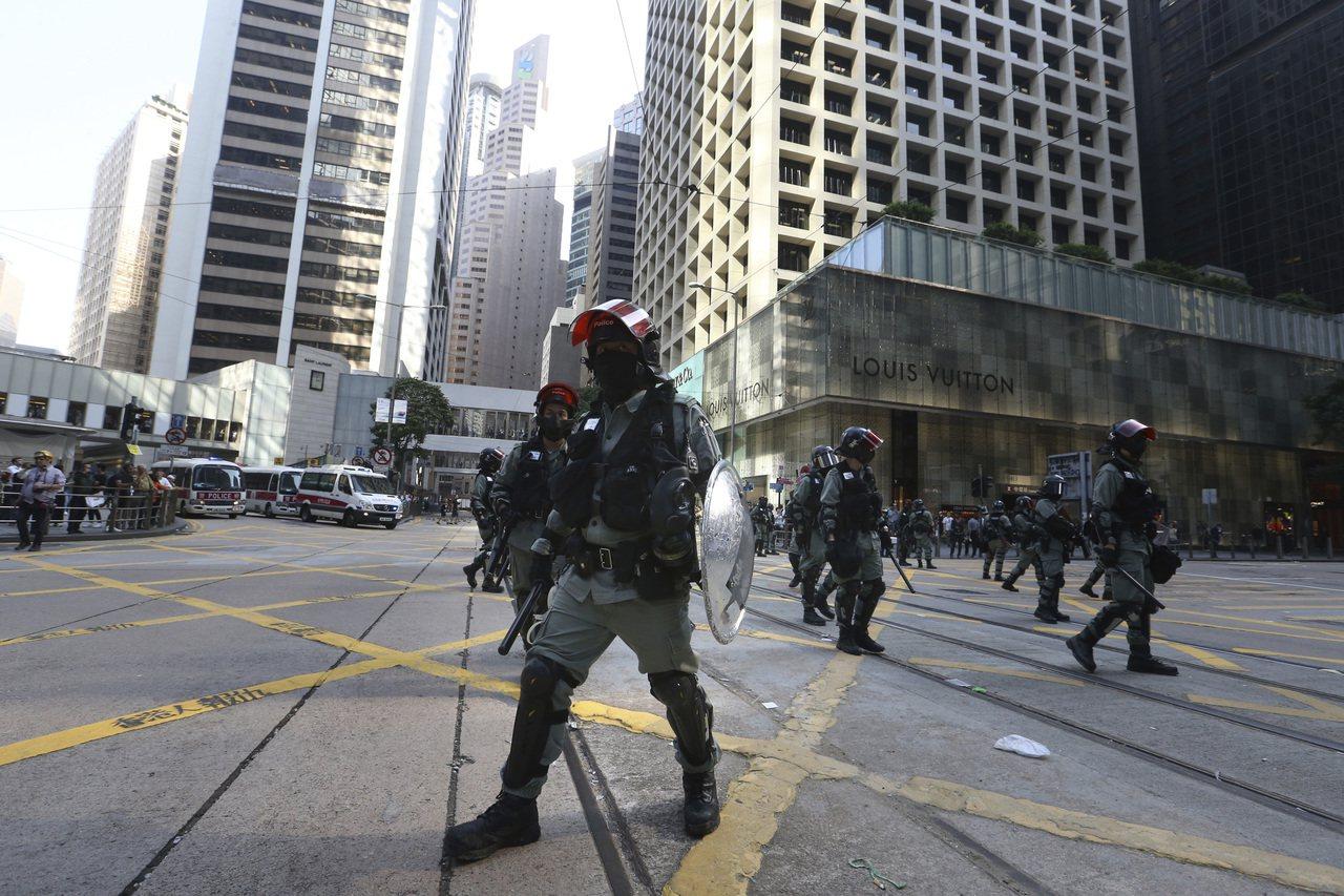 香港反送中示威持續,北京釋利多安撫。圖為街頭港警。(美聯社)