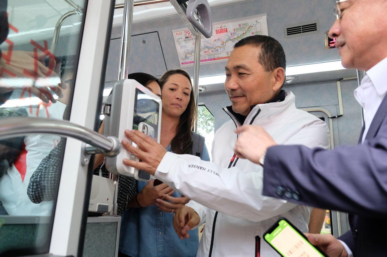 新北市長侯友宜體驗LINE Pay電子支付。記者張曼蘋/攝影