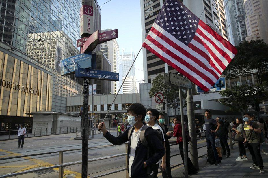 美國國會上週通過支持香港示威群眾的「香港人權與民主法案」,使得美中達成第一階段協議的可能性更加難料。(美聯社)