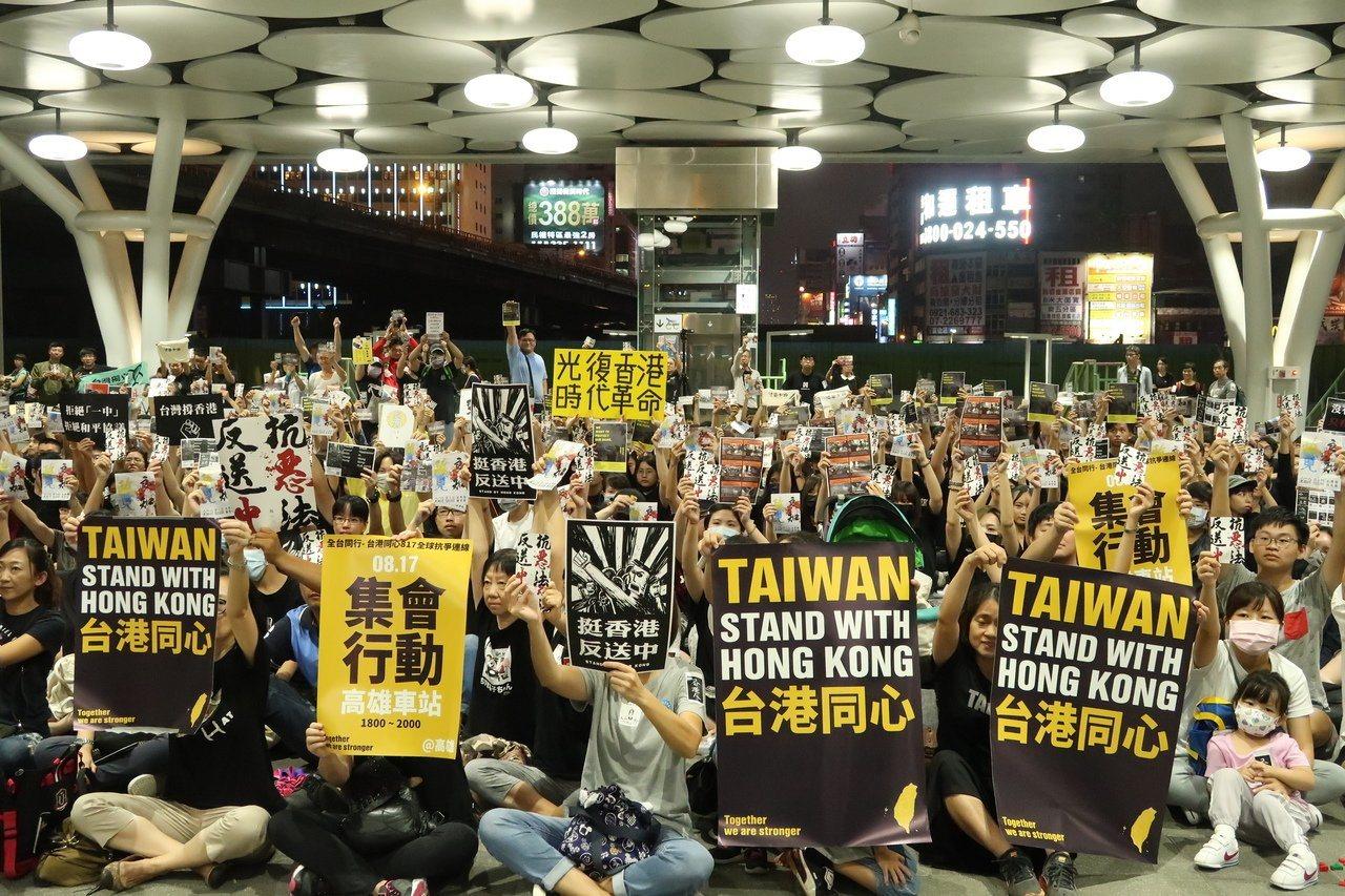 圖為日前數百港生及台灣民眾在高雄車站大廳靜坐,聲援香港「反送中」。聯合報系資料照...