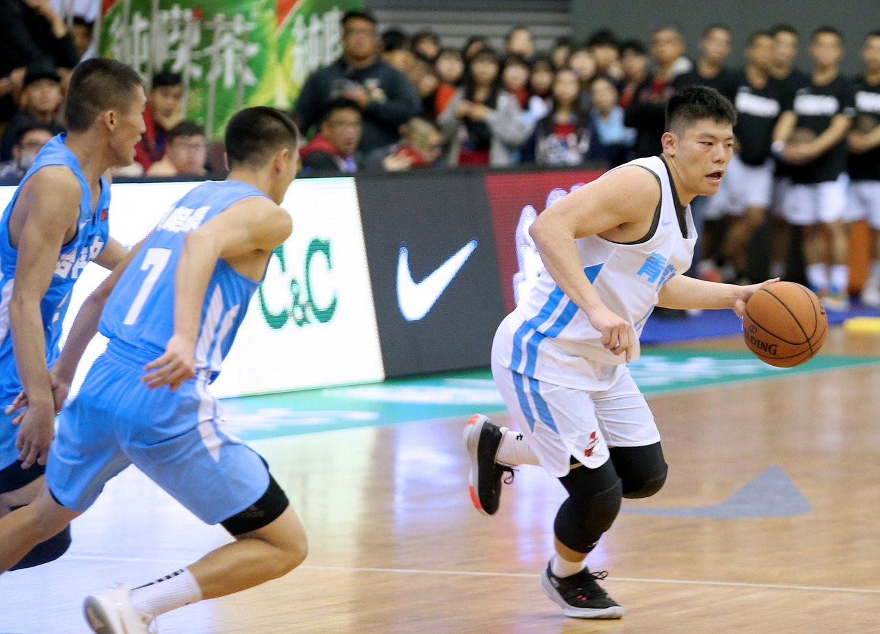 HBL108學年預賽,青年高中徐宇煇(右)繳出23分、10籃板的雙十成績。記者余...