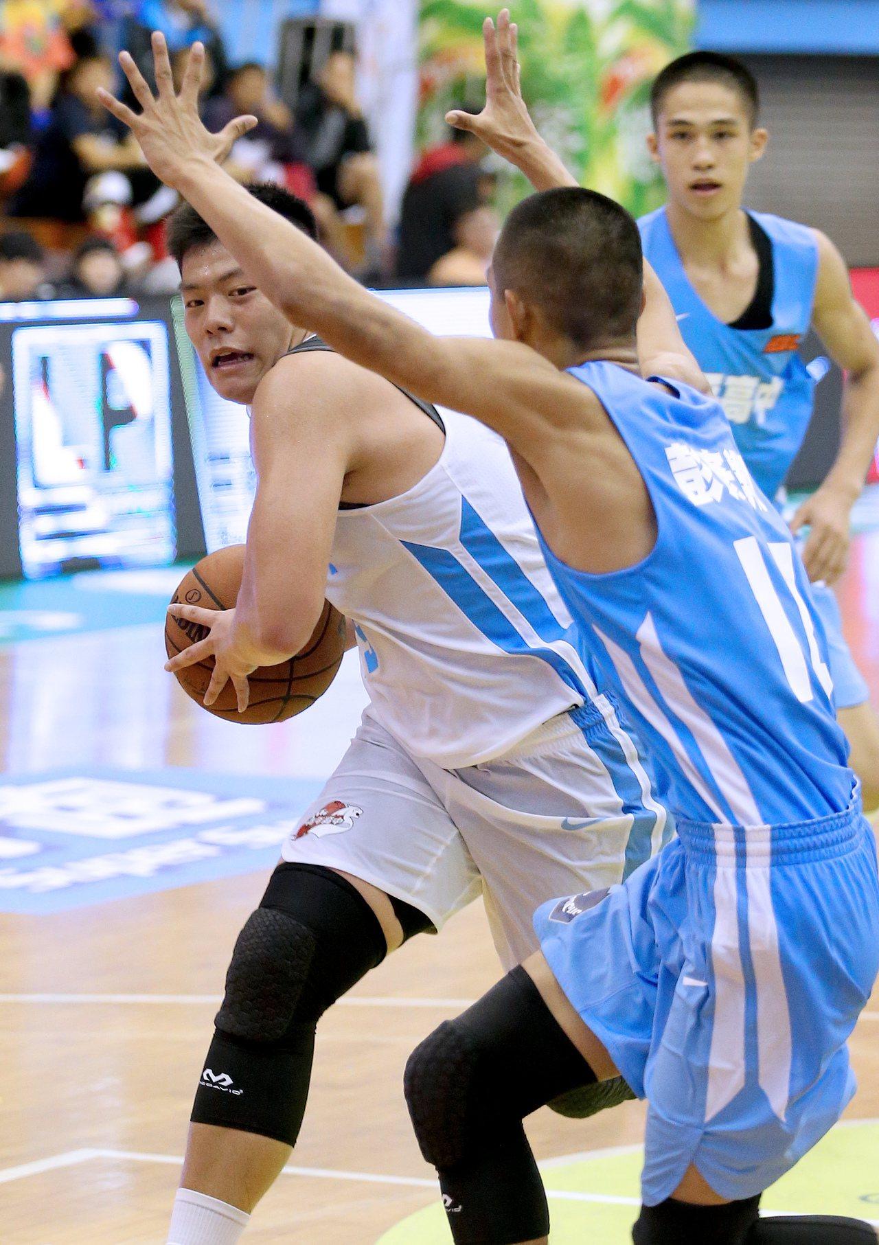 HBL108學年預賽,青年高中徐宇煇(左)繳出23分、10籃板的雙十成績。記者余...