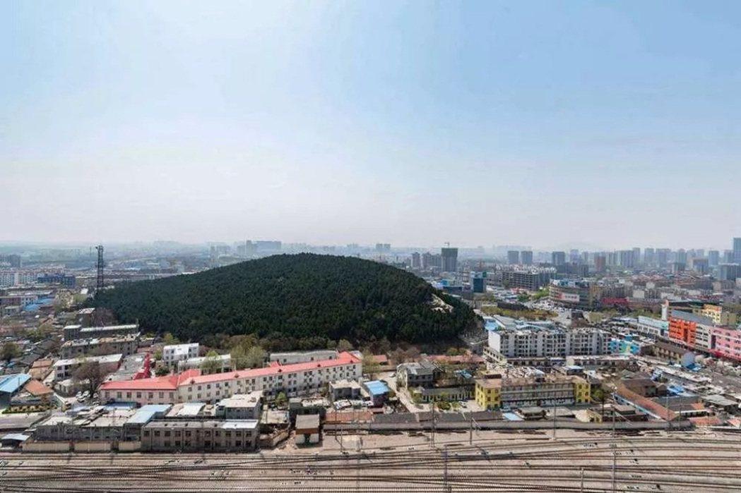 蒿里山位於泰安火車站附近,又叫「英雄山」,是一座饅頭形狀的小山丘。遠看就像是個墳...
