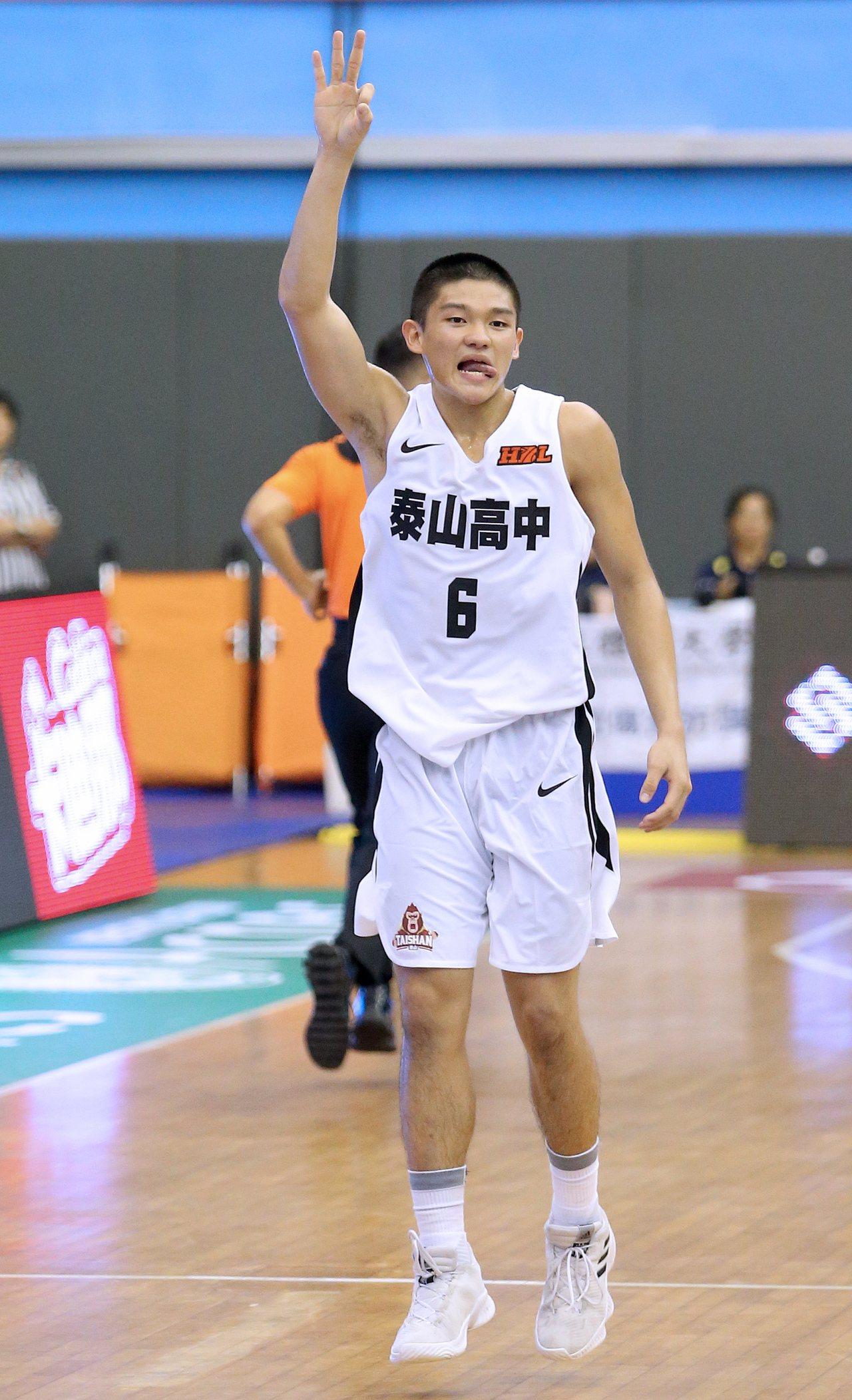 HBL108學年預賽,泰山高中徐宏瑋投進三分球後比出慶祝手勢。 記者余承翰/攝影
