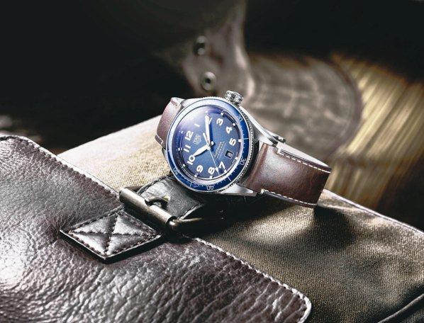 泰格豪雅Autavia系列腕表,不鏽鋼表殼搭配藍色陶瓷表圈,搭載碳游絲機芯,...