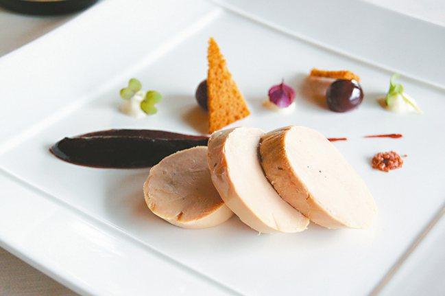 抹布鴨肝,通常搭配酸甜的佐醬,是法國最常見的鴨肝料理。 圖/謝忠道