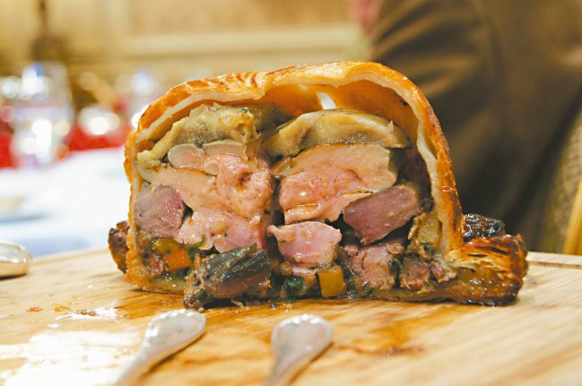 黑松露鴨肉鴨肝酥盒,切開後,鴨肉與鴨肝的熟度接近七分的完美熟度, 一度轟傳江湖。...