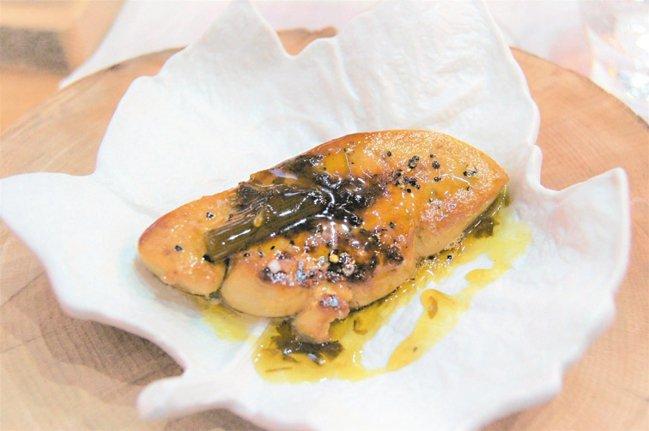 擅長用高山森林裡野草做菜的三星廚師Marc Veyrat用一種酸味的野生香草調味...