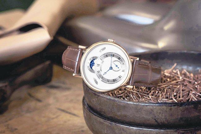 寶璣Classique經典系列7337黃K金月相腕表,集結了4種不同的機刻雕花於...