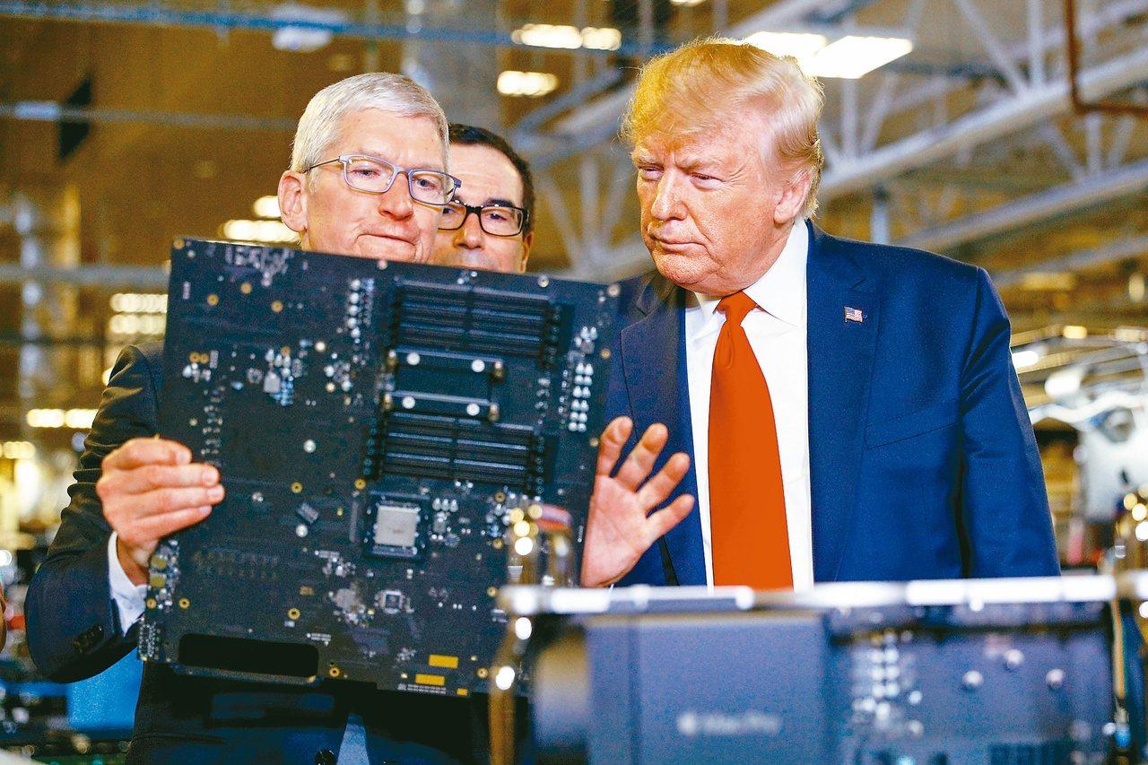 美國總統川普(右)與蘋果執行長庫克一同訪視蘋果在德州奧斯汀的組裝廠時,透露蘋果可...