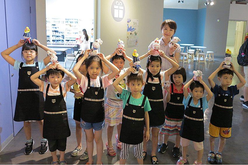 手做獨一無二的娃娃,孩子們興奮地表示下次還要再來! 人文遠雄博物館/提供
