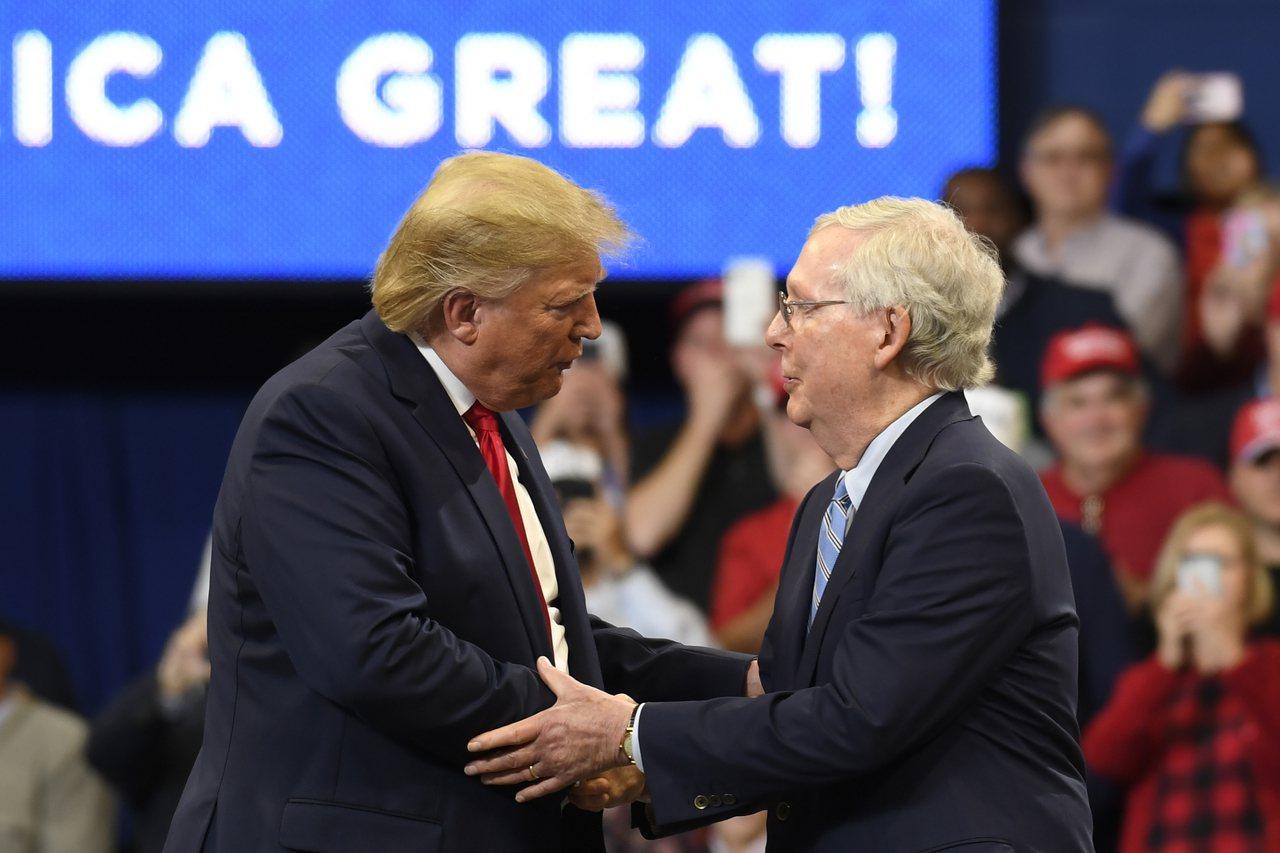白宮與共和黨參議員正在協商安排參院彈劾審判限制在兩周內。圖為川普統三周前到肯塔基...