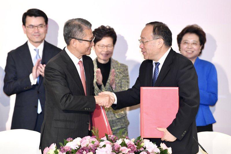 香港特區政府與商務部21日簽署「內地與香港關於建立更緊密經貿關係的安排(CEPA)」協議修訂 香港中國通訊社