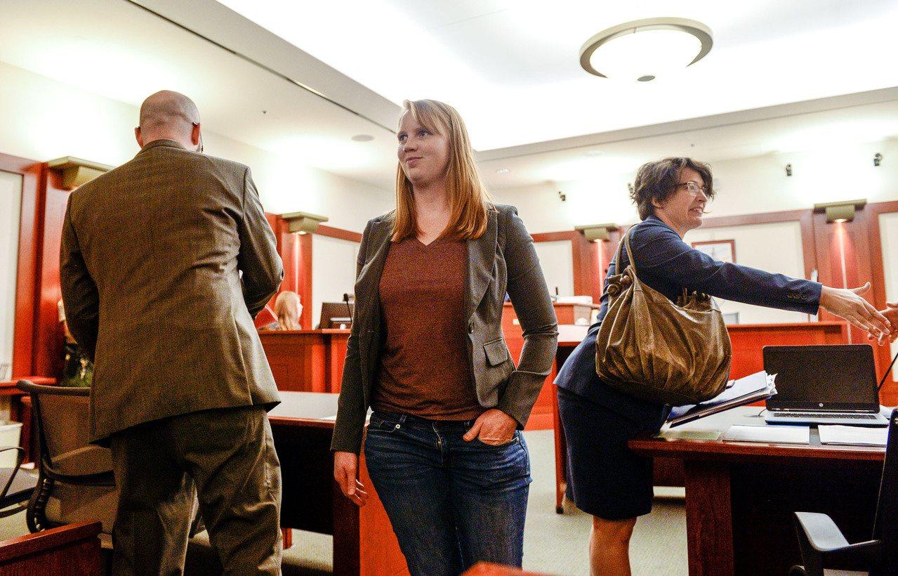 猶他州女子蒂利·布坎南(中)在家中裸露上半身被繼子看到,遭到起訴;她據理力爭,指...