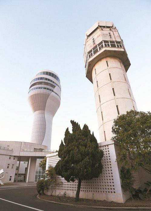 桃園機場新塔台(左)已經展開試運轉,旁邊是舊塔台。 圖/聯合報系資料照片
