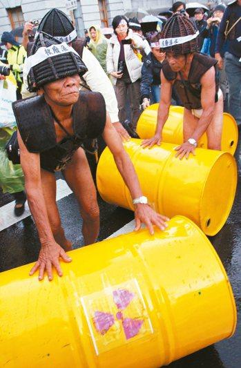 蘭嶼人2011年抗議政府放置核廢料。 圖/聯合報系資料照片